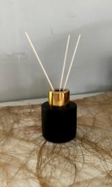 Parfumfles met geurstokjes zwart