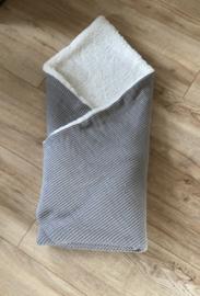 Omslagdoek gebreid grijs/wit