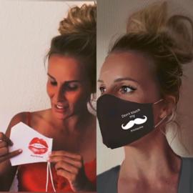 """Gecertificeerd mondmasker wit """"No Kissing""""  of zwart """"Don't touch my moustache"""""""