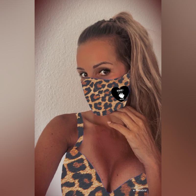 """Gecertificeerd mondmasker in luipaardprint  """"Beware I scratch"""" met rood of zwart hart"""