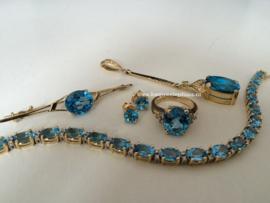 Ring, oorbellen, hanger en broche