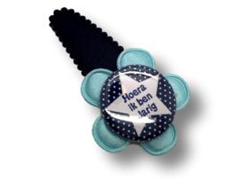 """Haarspeldje donkerblauw met button """"Hoera ik ben jarig"""""""