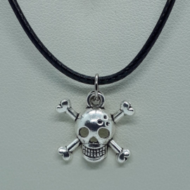 Zilverkleurige piraten schedel aan zwarte ketting (Elmadi bijoux)