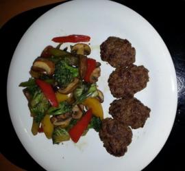 Gemengde groente met gember en gehaktballetjes