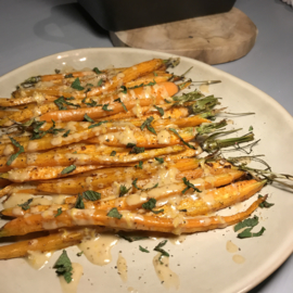 Geroosterde worteltjes met citroen en sesam-saus