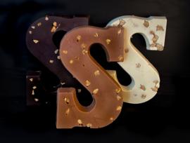 Massieve letters met hazelnoten in melk, puur en wit