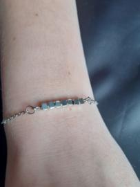 Zilverkleurige blokjes armband