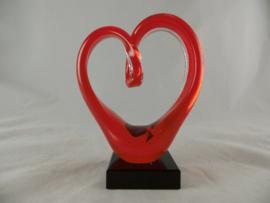 Glassculptuur hart rood op sokkel