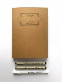 Handlettering A5 Oefenblok met Wit, Kraft Bruin en Zwart Karton / Papier  + 2 Micron Fineliners en een Gellyrol
