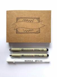 Handlettering A6 Oefenblok met Wit, Kraft Bruin en Zwart Karton / Papier  + 2 Micron Fineliners en een Gellyrol