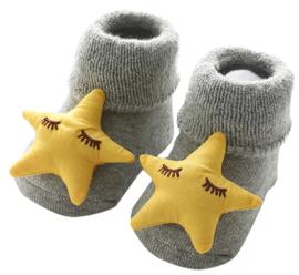 Babysokjes grijs met ster in oker kleur