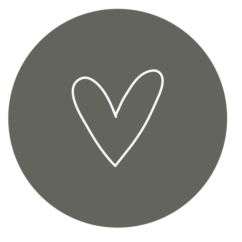 muurcirkel olijfgroen met wit hart 30 cm