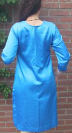 Blauw jurk met gouden versiering