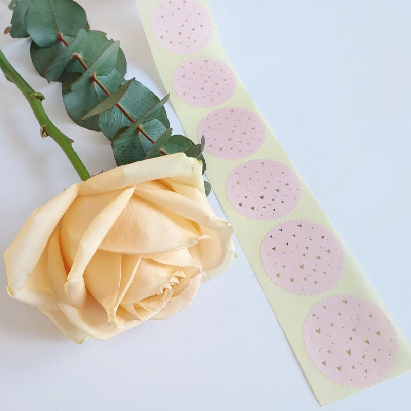 Cadeausticker zegelrond met kartelrand roze gouden hartjes | 10 stuks