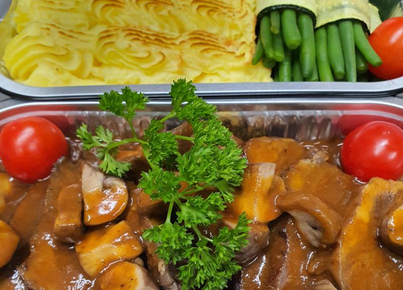 Kalfsmedaillons in dragonsaus met puree en groenten