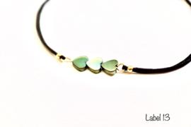Armband zwart met groene hematiet hartjes en goudkleurige details