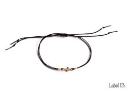 Armband zwart met kruisje en gouden details