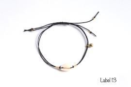 Armband zwart met witte kauri schelp en gouden details