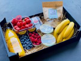 Gezonde ontbijtbox met vers fruit / granola / platte kaas / vers fruitsap / ....
