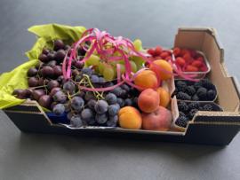 Viert Moeder met druiven en luxe fruit.