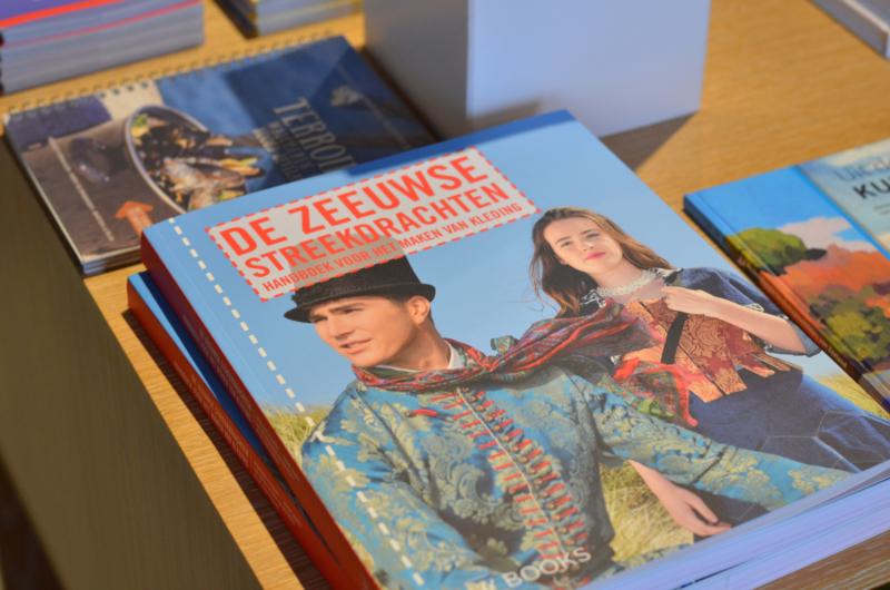 De Zeeuwse streekdrachten - handboek voor het maken van kleding