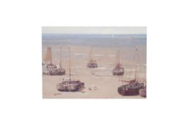 Ansichtkaart, strand met boten, PM