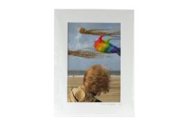 Gesigneerde CANDID print: Vliegers en haardos in de wind