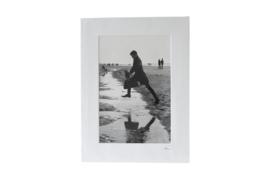Gesigneerde CANDID print: Springende man op het strand