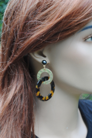 Oorbellen leopard print, oorsteker zwart en ring goud