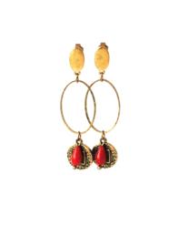 Oorbellen met ovale ring en munt oud goud en koraal