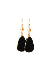 Oorbellen met resin hanger zwart/goud