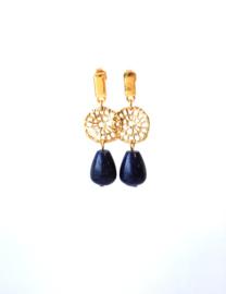 Oorbellen met goldplated carved tussenstuk, oorsteker en lapis lazuli