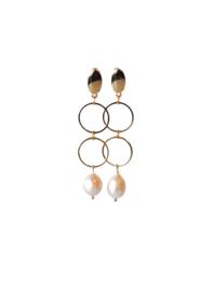 Oorbellen met 2 ringen goldplated en zoetwaterparel