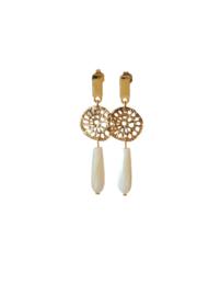Oorbellen met goldplated carved tussenstuk, oorsteker en schelp parel