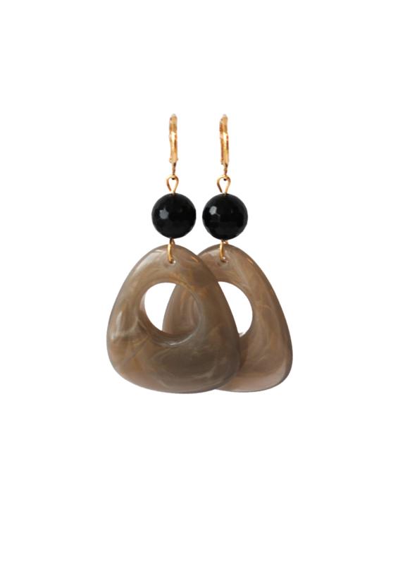 Oorbellen met onyx en hanger resin
