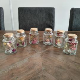 Kleine pot met droogbloemen