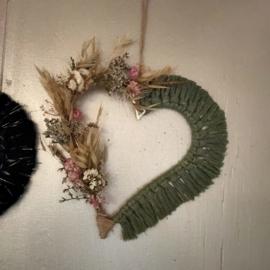 Wandhanger hart met droogbloemen en macramé