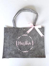 Vilten tas - naam in rond frame met hartjes en strikje