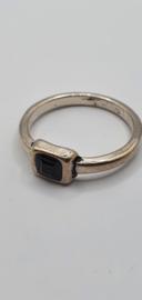 Zilverkleurige ring met zwart steentje