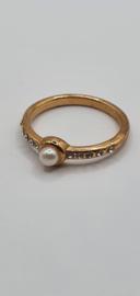 Goudkleurige ring met parel en kristal steentjes
