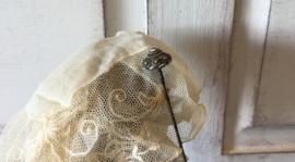 Antieke hoeden of doekspeld Zeeuwse knoop