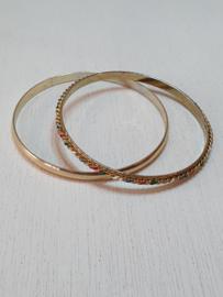 2 goudkleurige rinkelarmbanden
