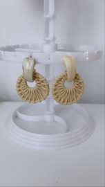 Geweven ronde oorbellen naturel