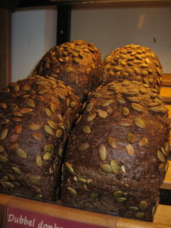 Dubbel donker desem brood gesneden