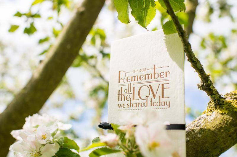 Trouwkaart   letterpress    trouwstijl   11 x 17 cm   2 kleuren   'Remember the love   Peter & Annerein' vanaf
