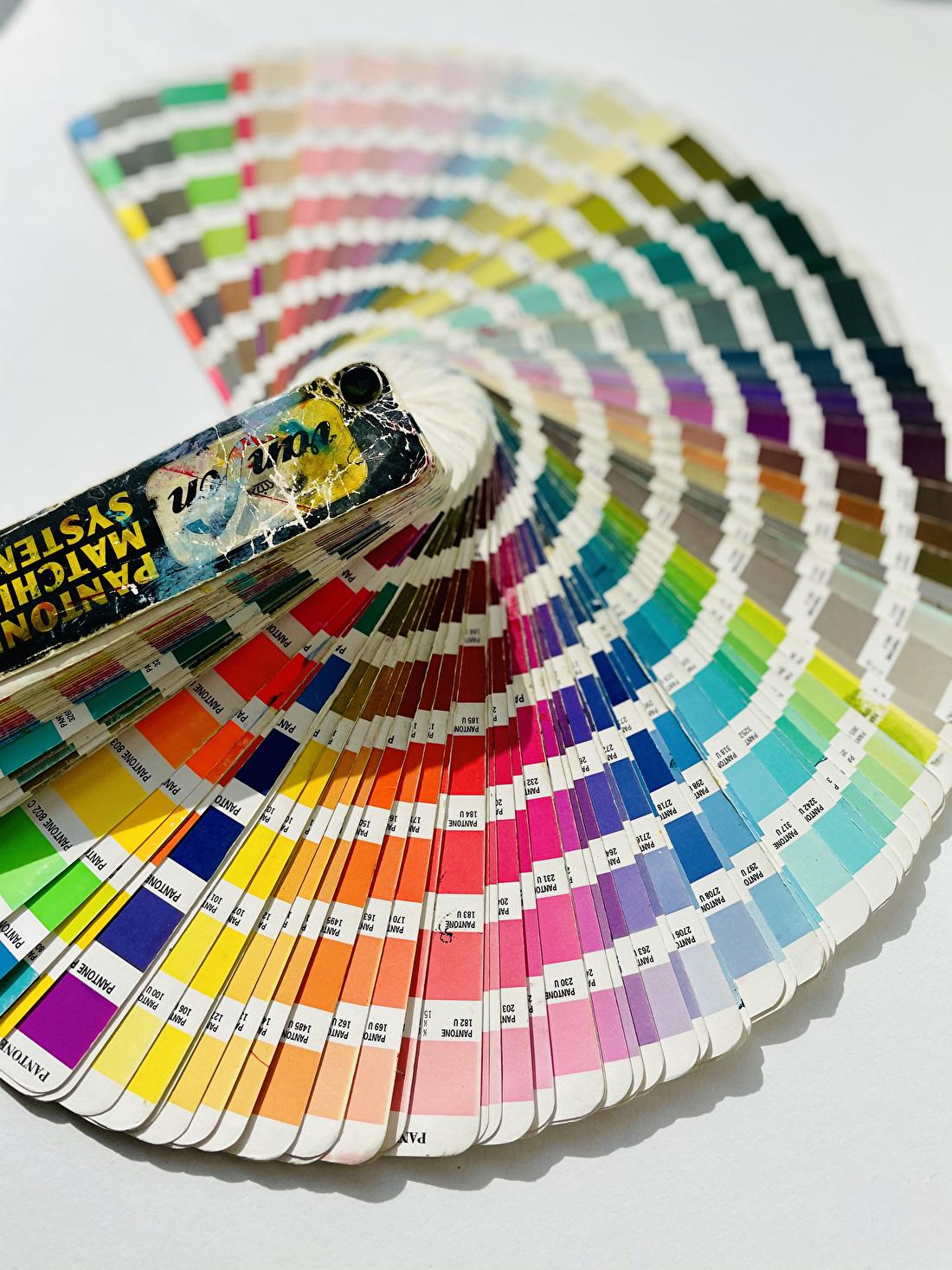 kleurenwaaier voor geboortekaartjes en trouwkaarten in letterpress. PMS Pantone kleuren