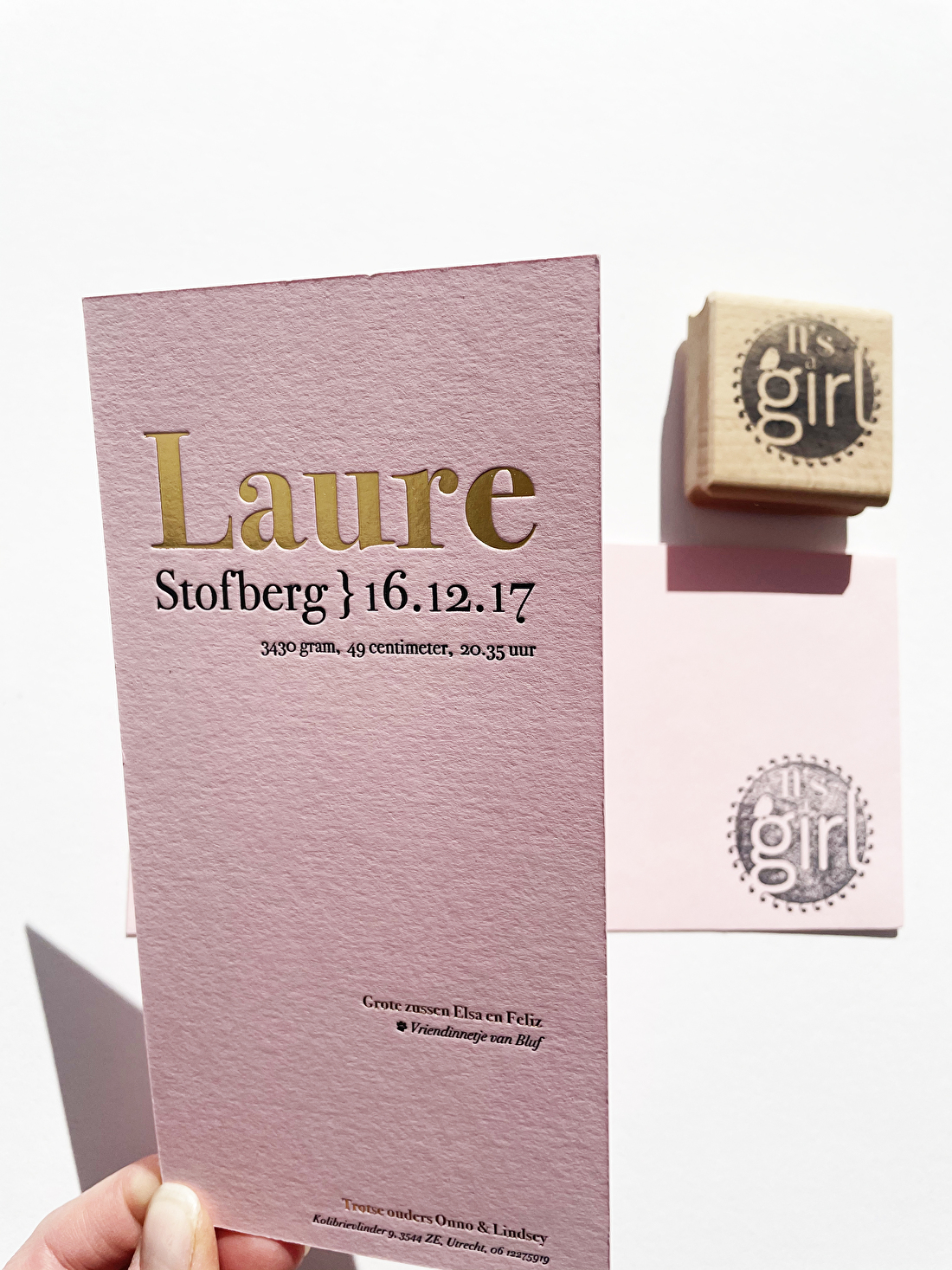 Geboortekaartje folie goud met roze papier in letterpress voor een meisje