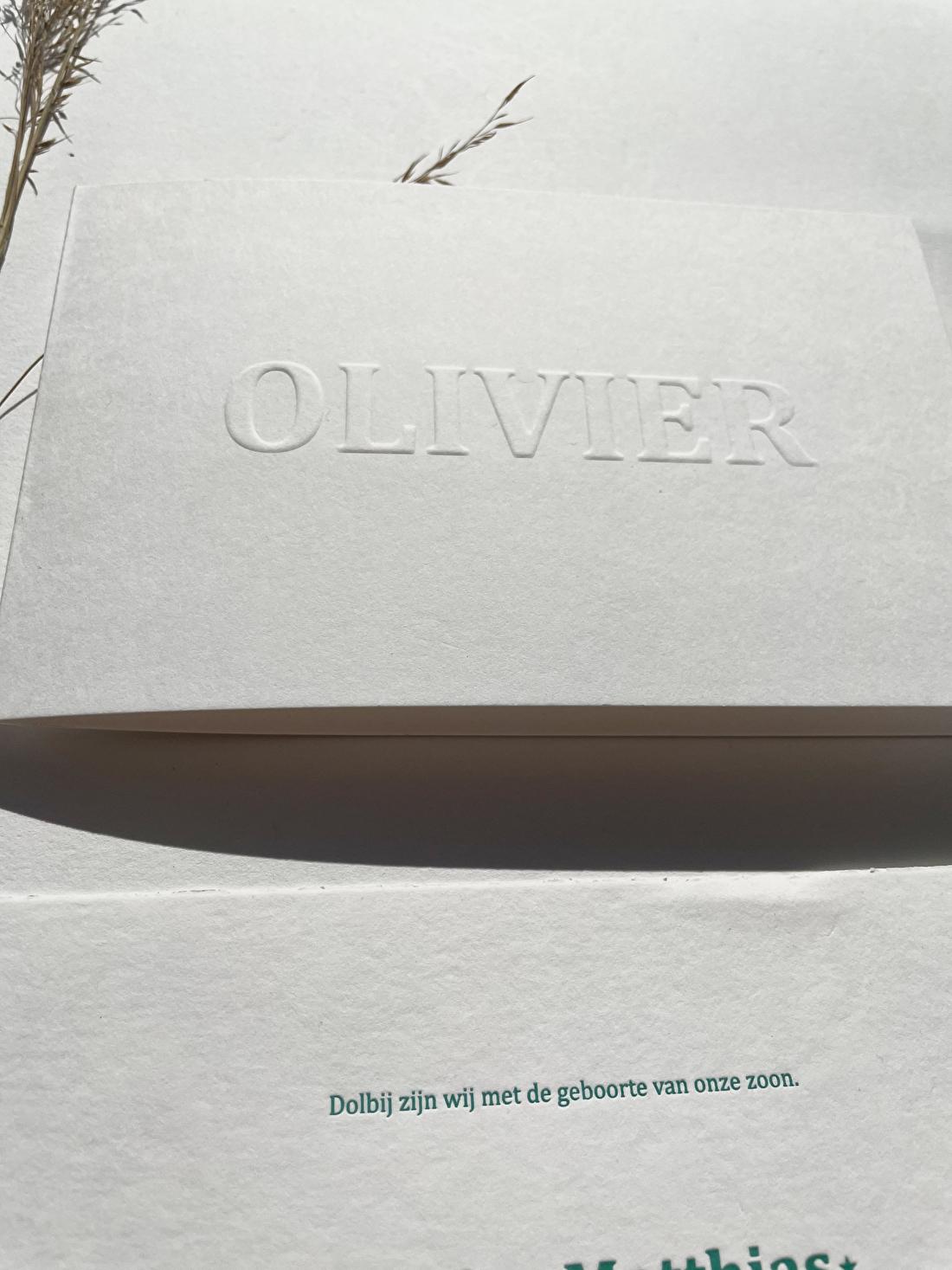 Geboortekaartje preeg met blinddruk, jongen goedkoop letterpress, minimalistisch olivier. origineel, modern