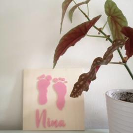 Afdruk voetjes of handjes op wandbord met naam