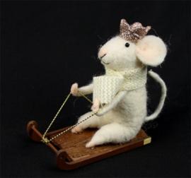 Muis op slee met kroon